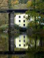 Gelbes Haus mit Brücke