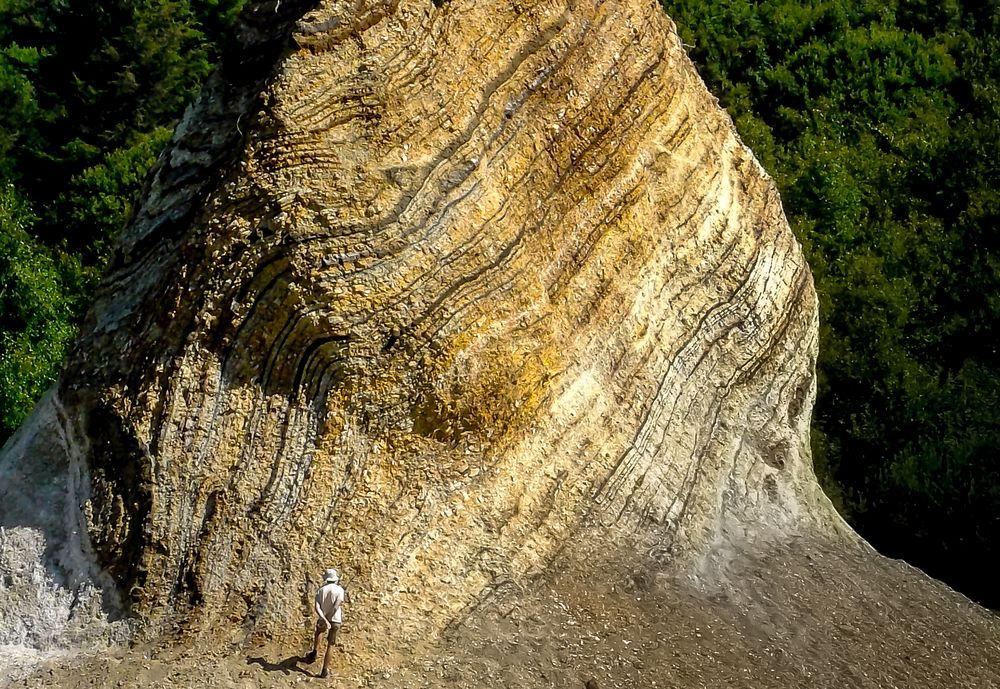 Geologe vor Gesteinsschichten