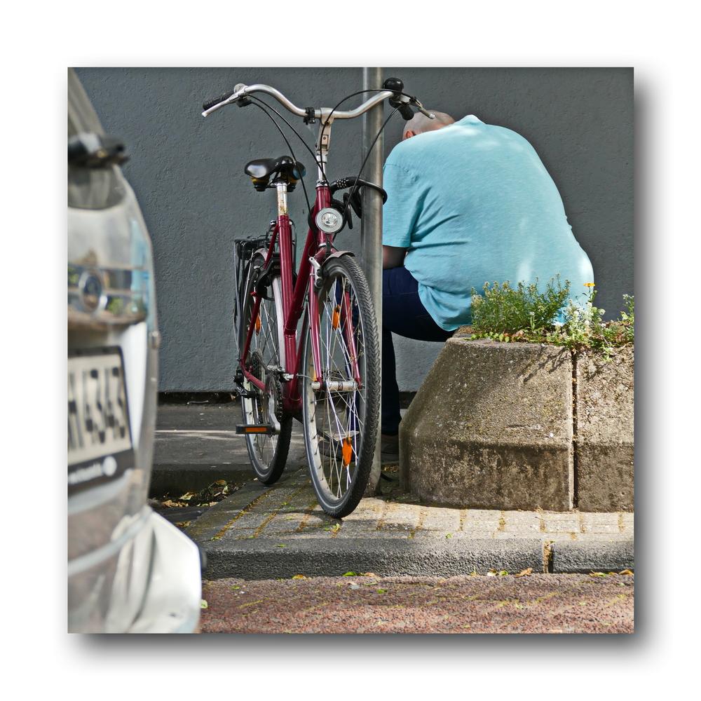 (gerade angekommen) Man mit Fahrrad
