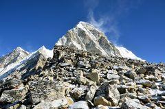 Geröllmassen am Gipfel des Kala Pattar und Blick zum Pumori (7161 m)