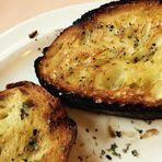 Geröstetes Brot , Olivenöl und Kräuter