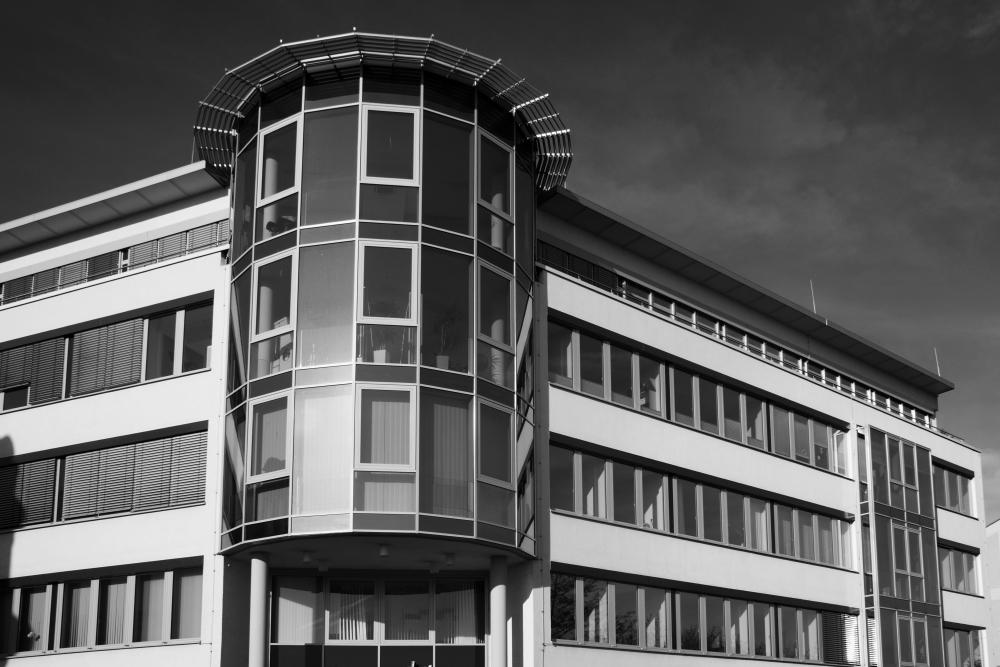 Geschäftshaus in schwarz-weiß