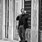 Geschäftsmann in portugiesischer Nebengasse