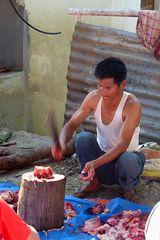 Geschlachtet wird in Nepal auf der Straße.