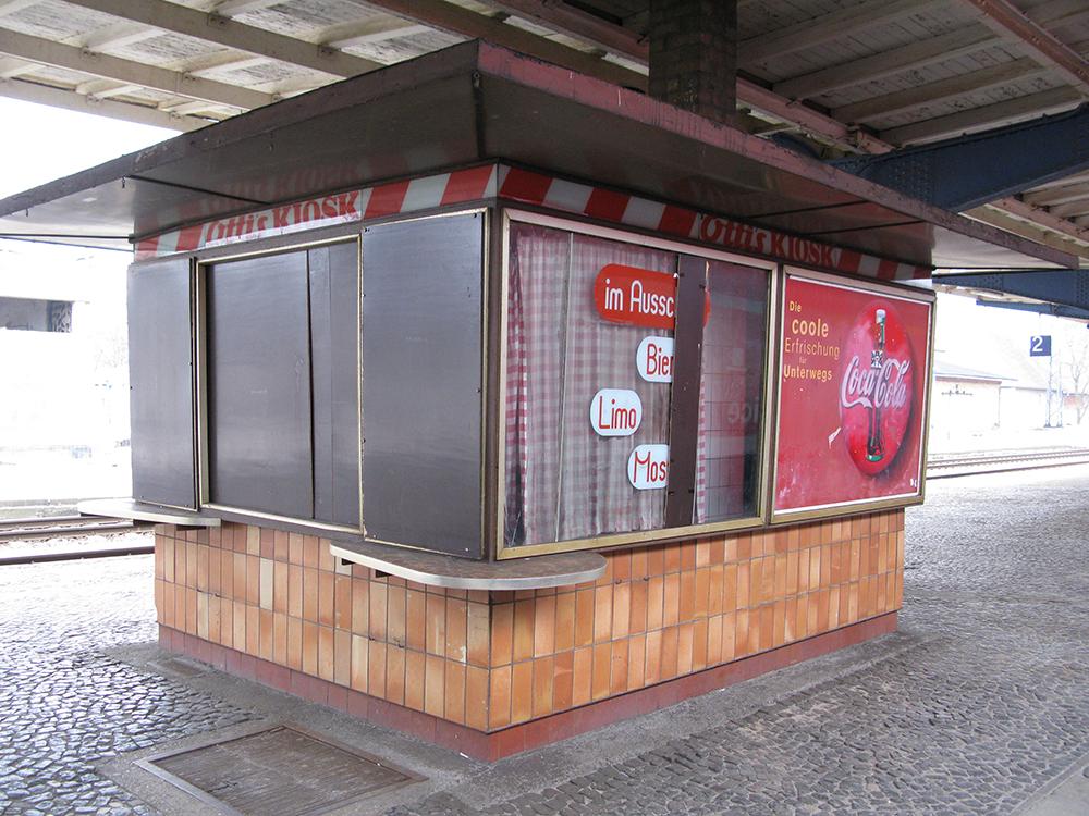 Geschlossener Kiosk auf dem Bahnhof Falkenberg