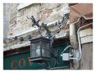 Gesehen in italien - was will man mehr, eine lampe plus glühbirne, ein verteilerkastel gezogene