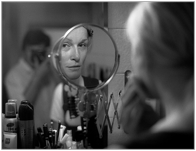 Gesicht im Spiegel, oder: Frauen und ihre Utensilien