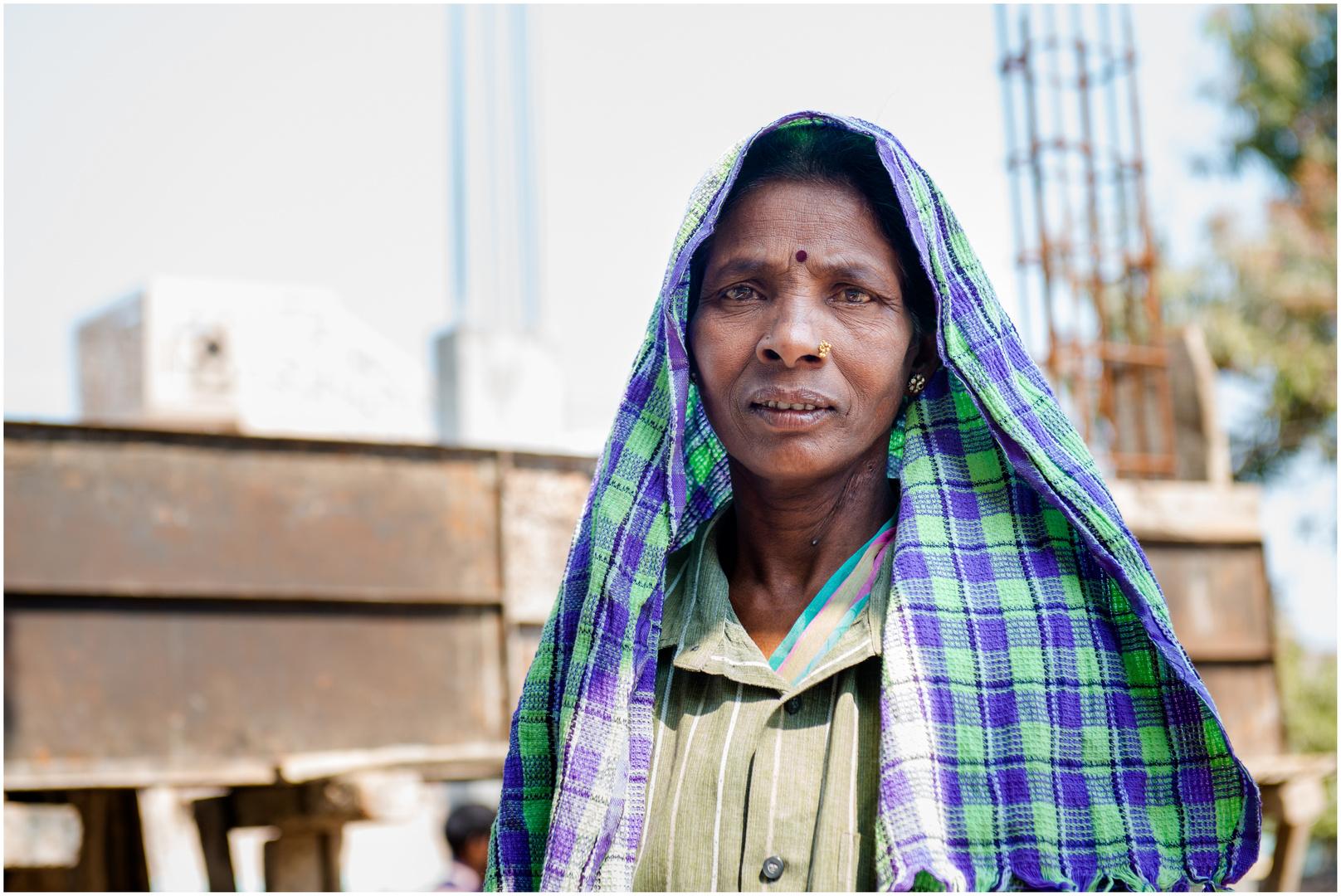 Gesichter Indiens 4 Selbstbewusste Bauarbeiterin Foto Bild