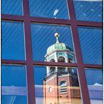 gespiegelter Kirchturm zum Spiegeldienstag