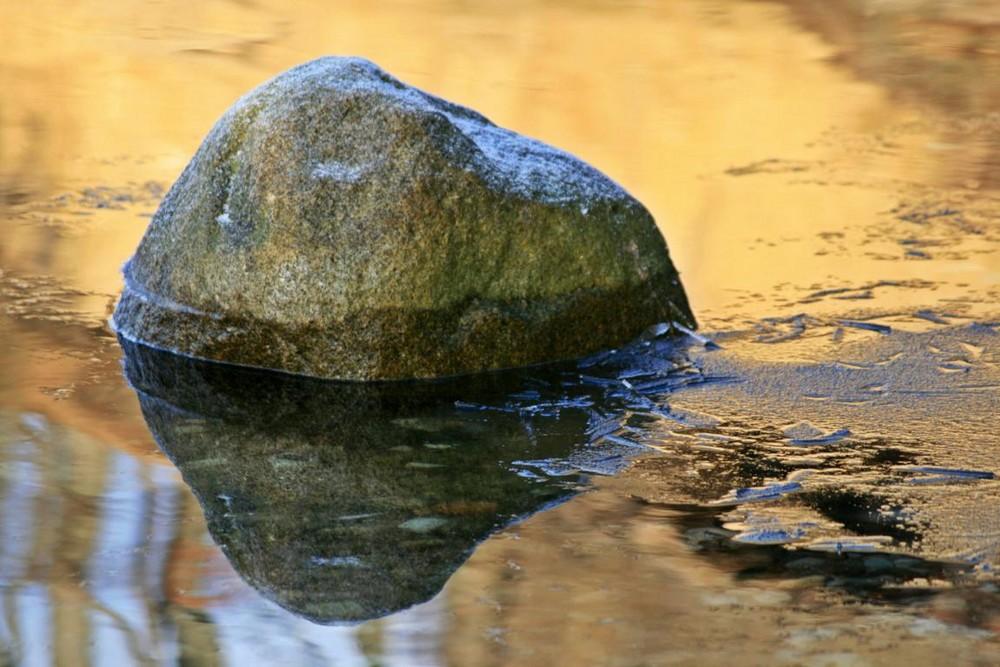 gespiegelter Stein