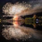 gespiegeltes Feuerwerk-zum Spiegeltag