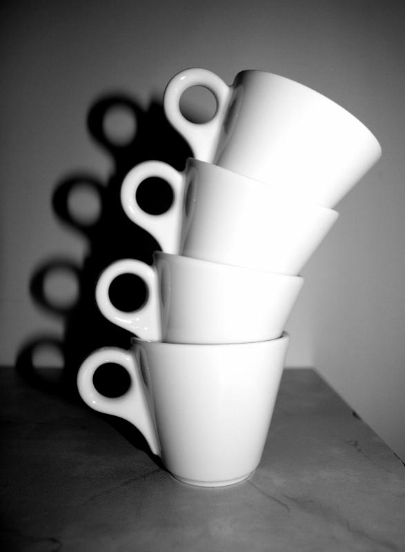 gestapelte Espressotassen in schwarz-weiß
