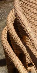 gestapelte Korbstühle im Detail