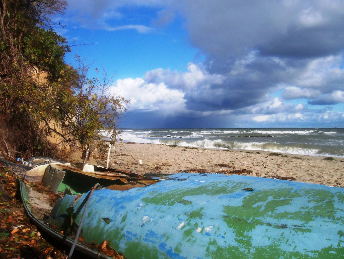 Gestrandetes Boot an der Steilküste