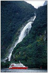 Gewaltig: Wasserfall im Milford Sound