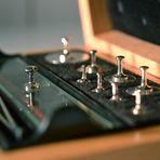 Gewichts-Kasten von 1958 (wissenschaftlich) mit Elfenbein-Pinzette und jährlichen Eichstempeln - I