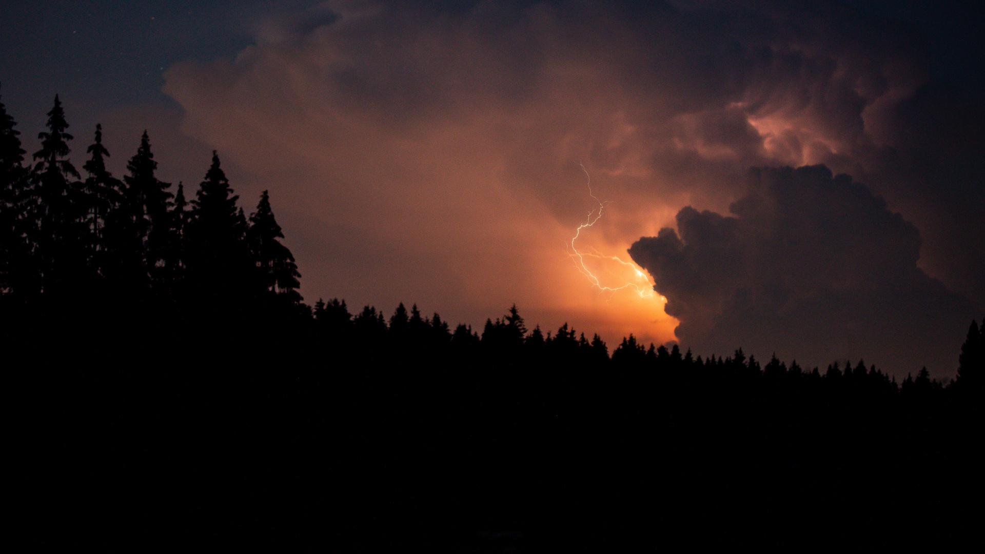 Gewitter hinter den Wolken