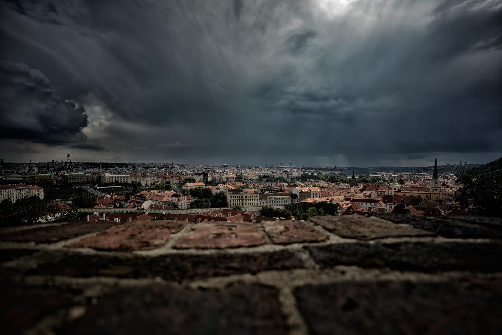Gewitterwolken über Prag