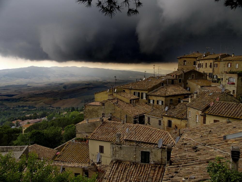 Gewitterwolken über Volterra