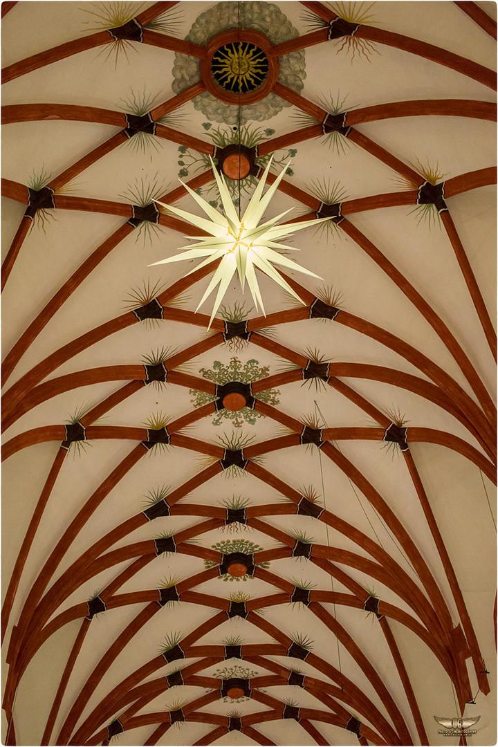 Gewölbe der Thomaskirche zu Leipzig in der Vorweihnachtszeit.
