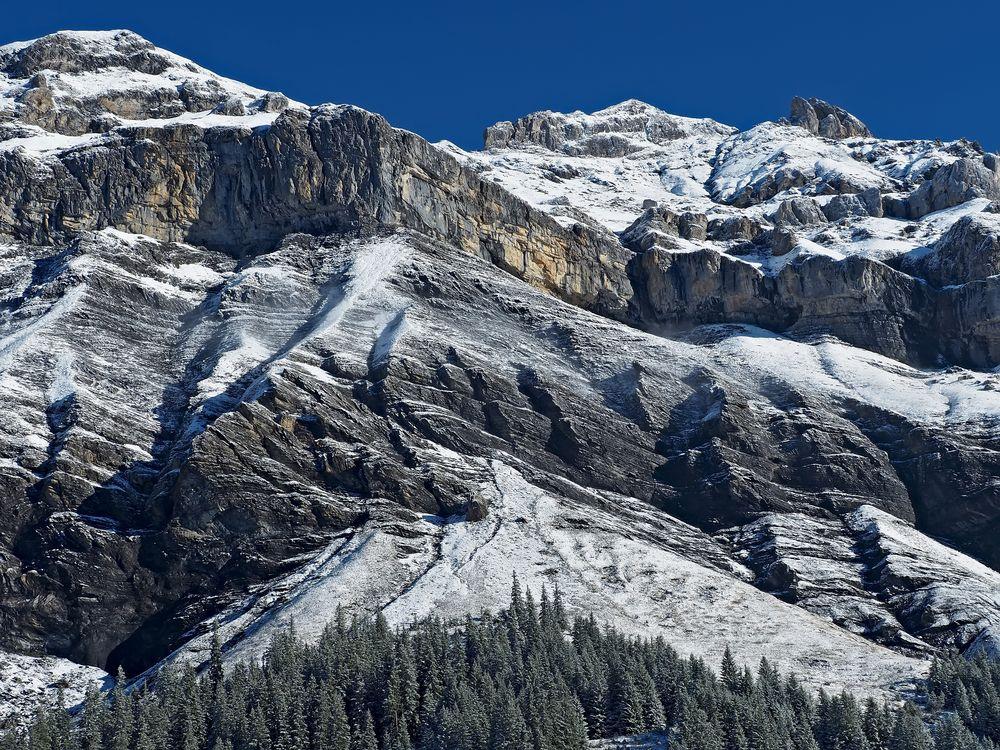Gezuckerte Berge und blauer Himmel. - Une fine touche de neige en hautes montagnes!
