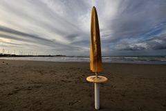giallo sulla spiaggia....