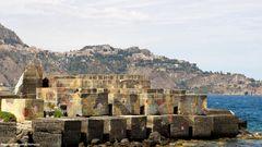 Giardini-Naxos, l'antica colonia greca e in alto Taormina....