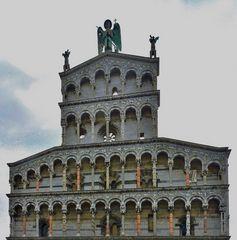 Giebelaufbau der Basilika von Lucca