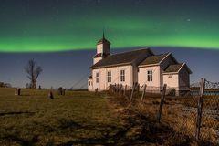 Gimsoy Kirche im Nordlicht und Mondlicht