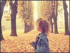 Giocando tra le foglie d'autunno