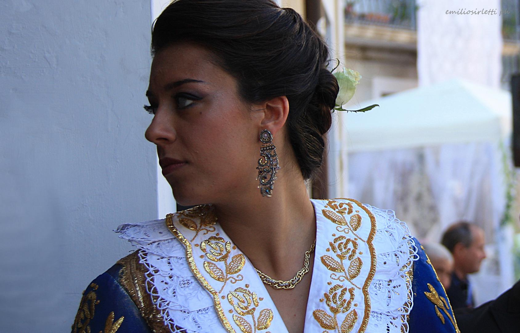 Giovane donna in costume arbëresh