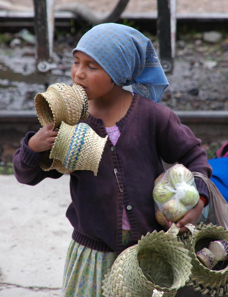 giovane venditrice di cestini