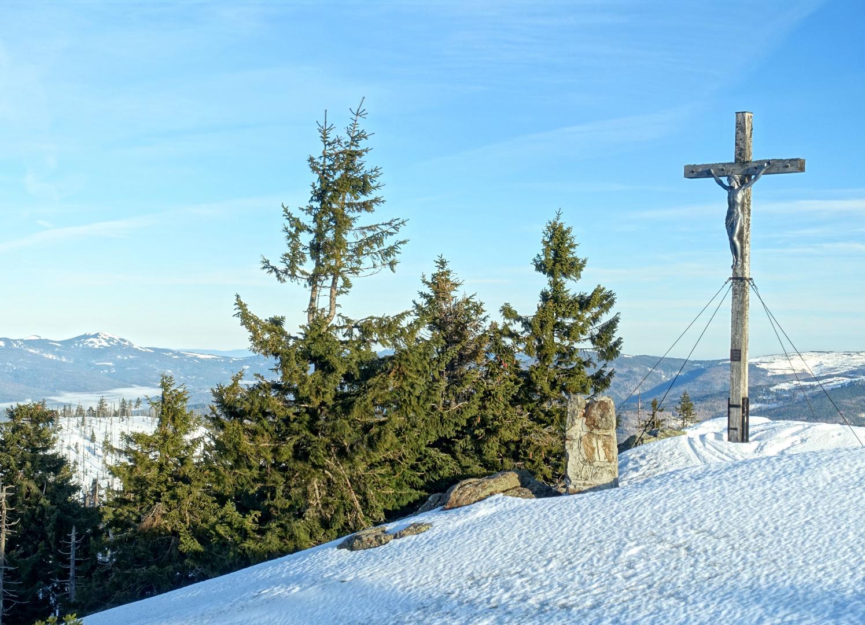 Gipfelkreuz am Rachel, mit Ausblick links  zum Arber