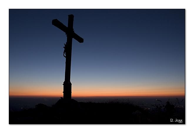 Gipfelkreuz nach Sonnenuntergang