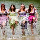 Girlies mit Dirndl im Wasser