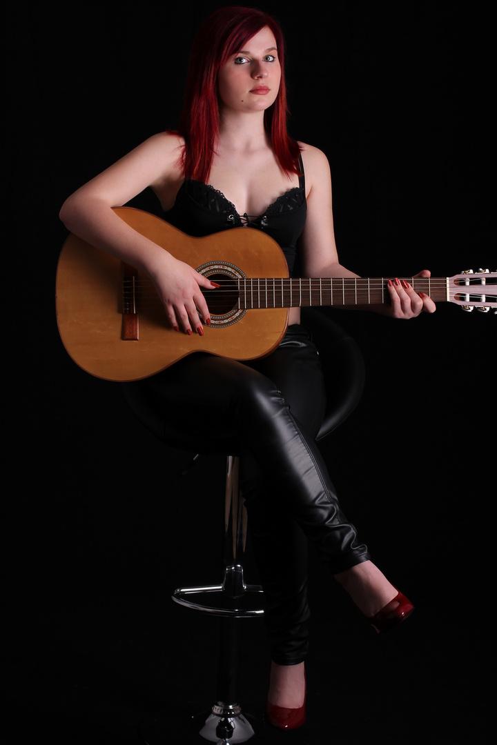 Gitarre spielen im Lederlook