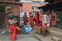Gläubige Hindufrauen im Innenhof des Kumbeshwar-Tempels