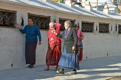 Gläubige Tibeter umrunden den Stupa von Bodnath