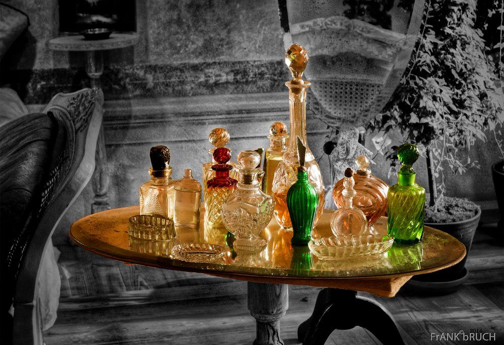 glas phiolen auf tisch foto bild stillleben arrangierte szenen glasflasche mit st psel. Black Bedroom Furniture Sets. Home Design Ideas