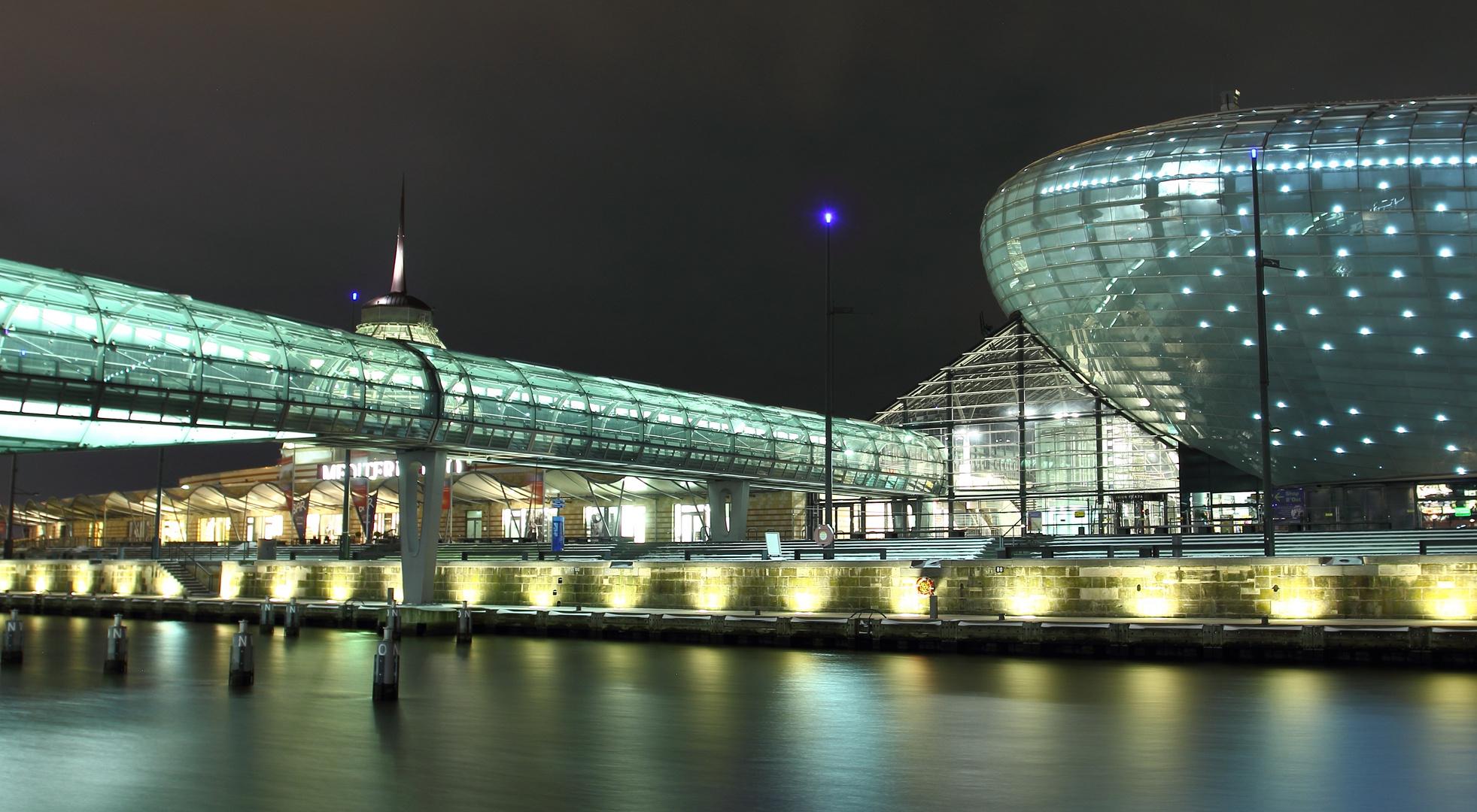 Glasbr cke in den havenwelten bremerhaven foto bild architektur architektur bei nacht - Architektur bremerhaven ...