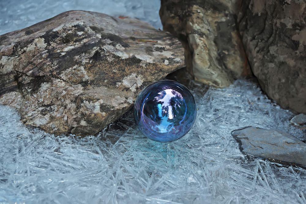 Glaskugel im frostigen Bergbach. - Une décoration dans le ruisseau de montagne gelé...