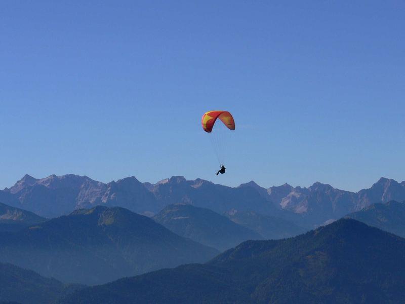 Gleitschirm über den Alpen