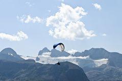 Gleitschirmflieger vor dem Hallstätter Gletscher
