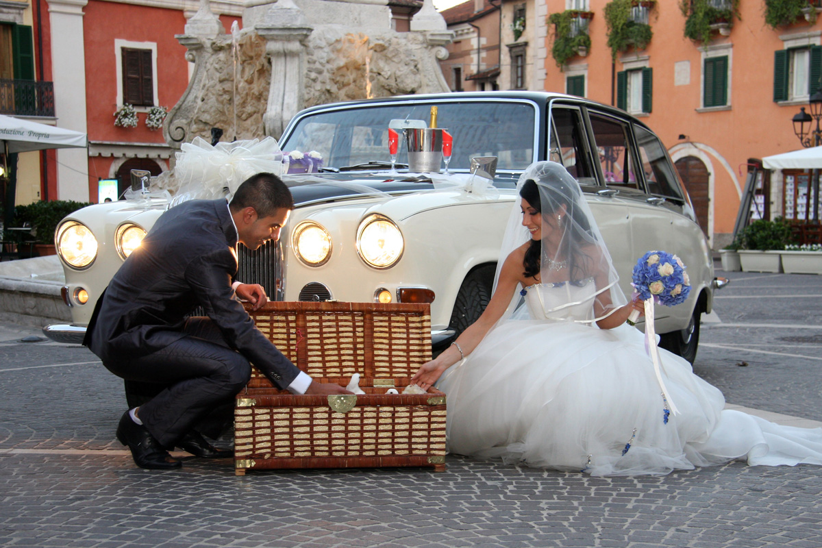 Gli sposi liberano le colombe