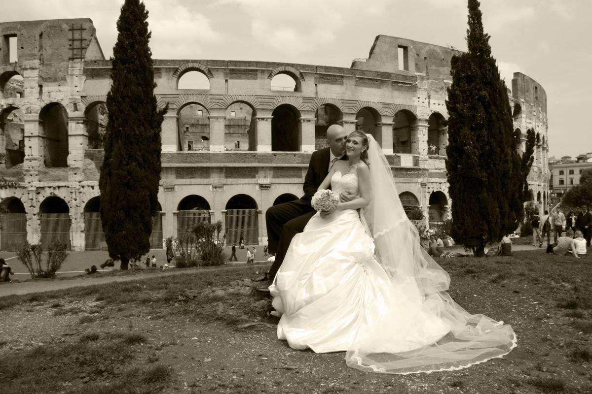 Gli sposi romani posano al Colosseo