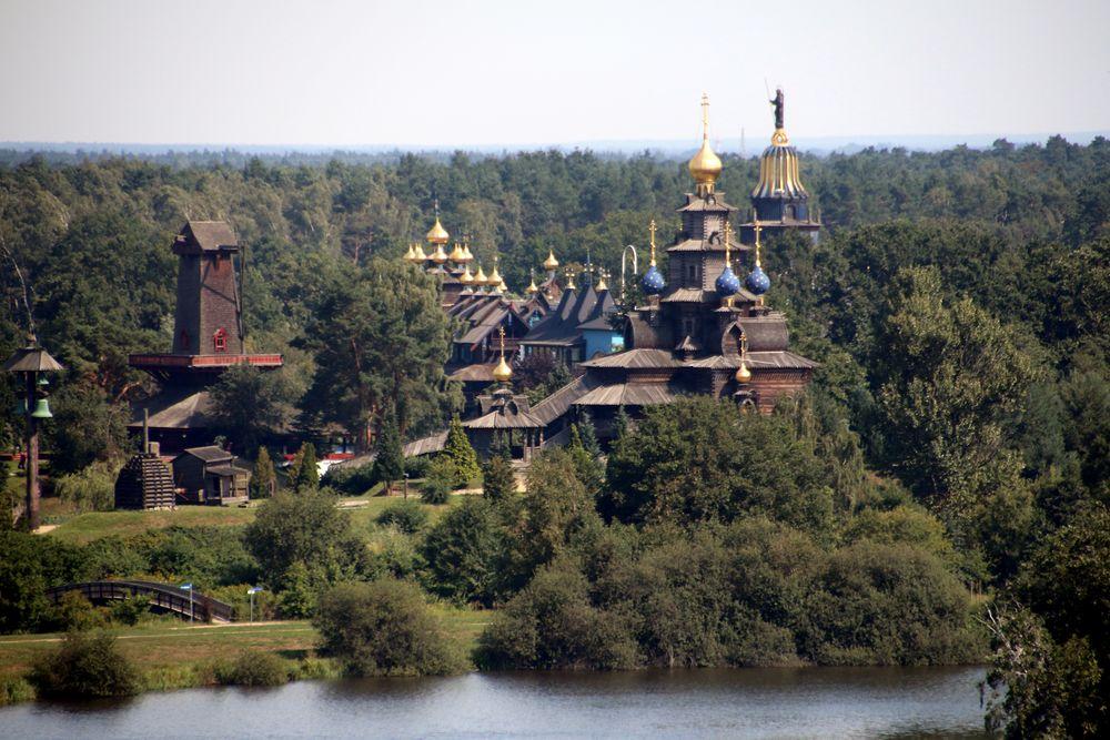 Glocken-Palast und russische Stabkirche