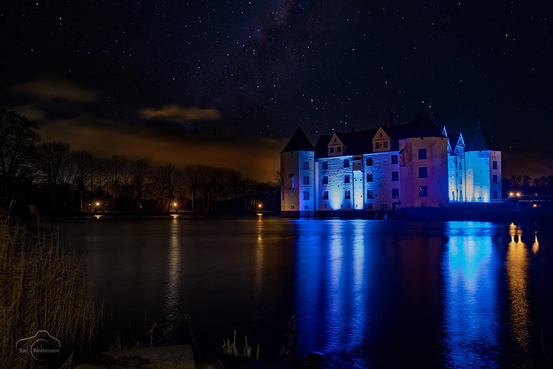 Glücksburg Schloss blau beleuchtet