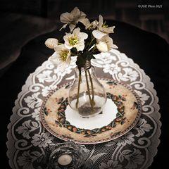 Glühbirnenvase mit Blumen