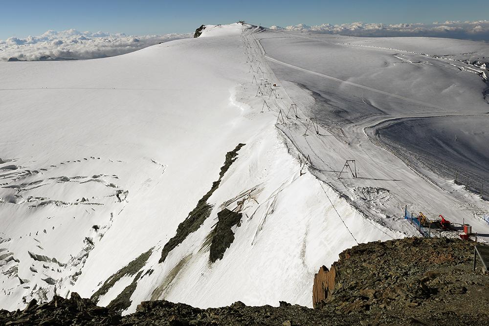 Gobba de Rollin 3899m hoch über das 3800m hoch gelegene Breithornplateau zu erreichen,...