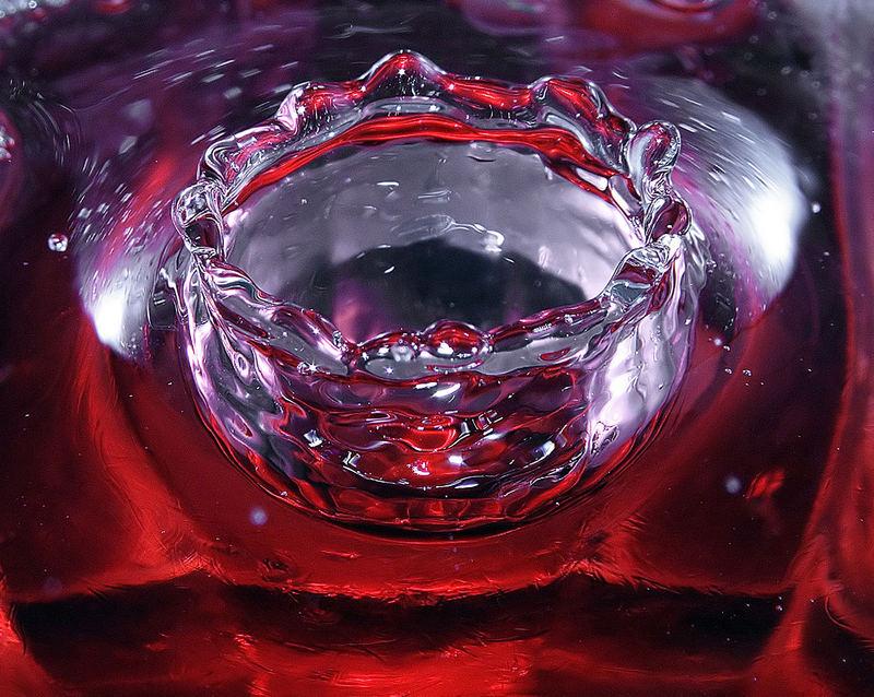 Goccia d'acqua in campari rosso